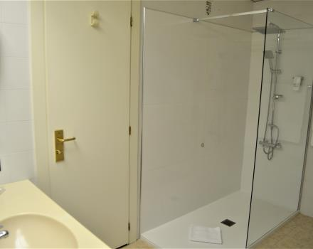 Junior Suite 516 - Shower