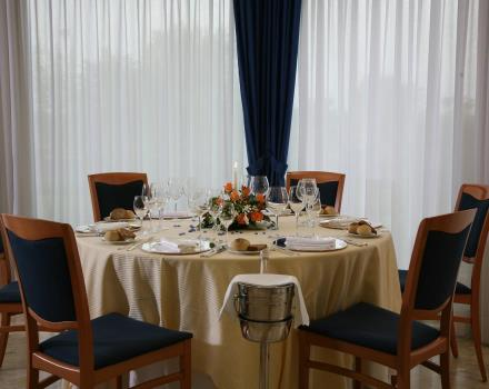 mesa decorada para banquetes o ceremonias especiales