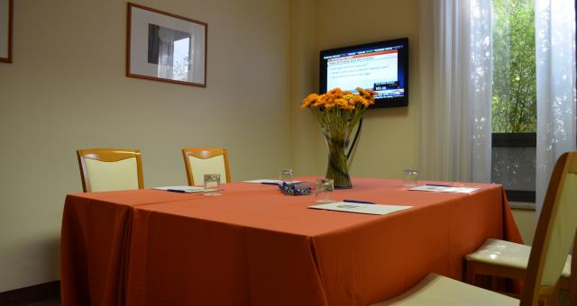 perfect for meetings of a few people, also bookable. A short walk from the Centre of piacenza, in welcoming and professional environment.